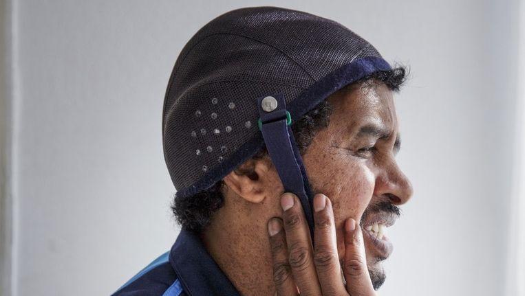 Tesfalem: 'Zonder dit helmpje zijn mijn hersens wel heel kwetsbaar.' Beeld Dingena Mol