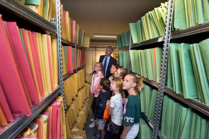Kinderen snuffelen aan beroepen tijdens de Roefeldag in Duiven. Een groep meisjes kijkt bij de notaris. Niet echt een beroep waarvan je droomt als je 10 bent. foto Theo Kock