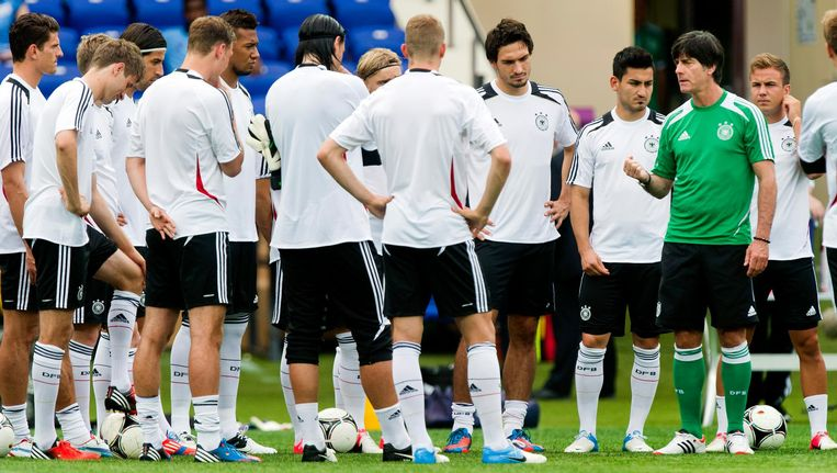 Coach Joachim en de Duitse selectie in 2012 in Charkov, voorafgaand aan de wedstrijd tegen Oranje tijdens het EK Beeld anp