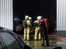 Twee auto's in brand bij autobedrijf in Harbrinkhoek