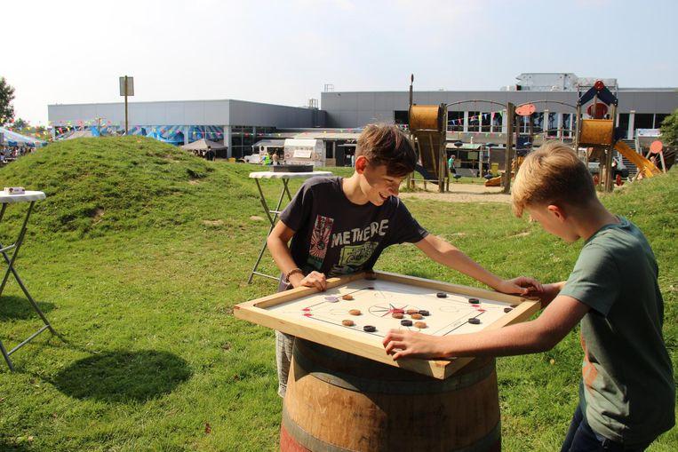 Jannes en Driesse testen de volksspelen uit.