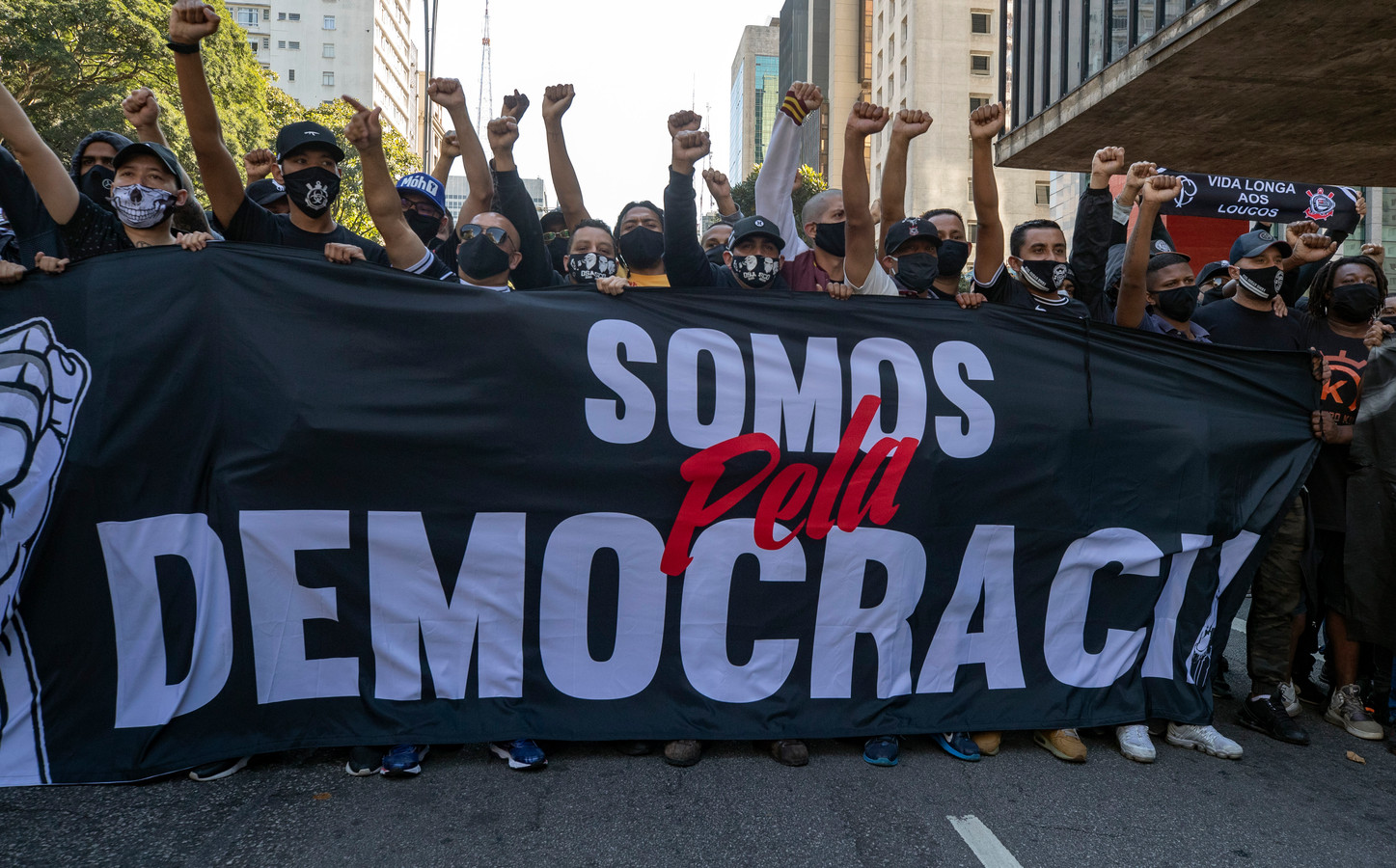 Betogers in São Paulo met een spandoek met de tekst 'Wij zijn voor de democratie'.