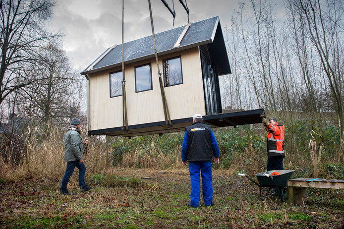 Zo makkelijk zet je een tiny house op zijn plek.