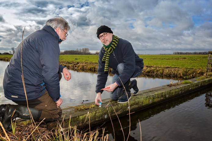 Hans Blom van Natuurmonumenten (rechts) zoekt in de wintermaanden naar ontlasting van otters. Daarin bevindt zich DNA, waaruit is op te maken van welke populatie de onderzochte dieren afstammen.