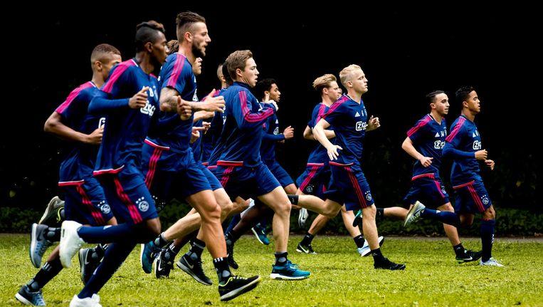 De selectie van Ajax eind juni tijdens een training -met Abdelhak Nouri, tweede van rechts- in het Amsterdamse Bos. Beeld ANP