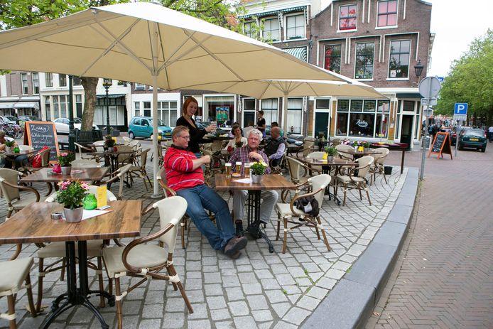 Het terras van Zaalig op de Grote Markt in Schiedam, waar veel horeca is gevestigd.