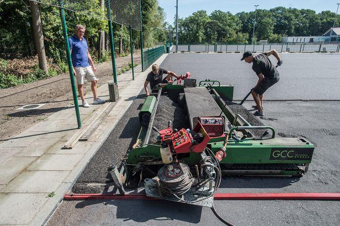 Het is bloedheet bij hockeyclub Gilze Rijen waar hard wordt gewerkt aan de aanleg van nieuwe velden. Voorzitter Freek van Baardwijk (l.) komt elke dag een kijkje nemen naar de vorderingen.