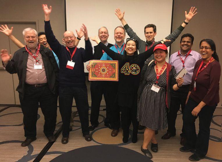 Een conferentie van Unicode in San Jose in de VS met de twee Chinese vrouwen die achter de emoji-revolutie zitten. Thomas Milo staat derde van links.  Beeld
