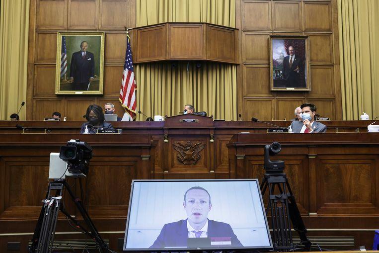 Mark Zuckerberg, ceo van Facebook, spreekt politici in Washington toe via een videoverbinding. Beeld AP