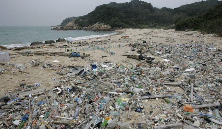 Een onbewoond eiland in de buurt van Hong Kong. Er is allerlei plastic aangespoeld, waaronder aanstekers, slippers, flesjes en speelgoed. Beeld epa