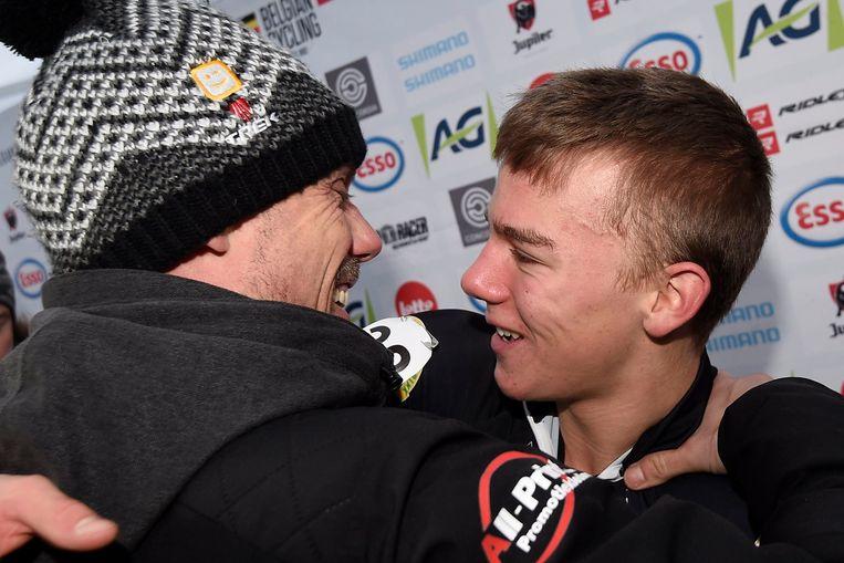 Sven Nys feliciteert zoonlief Thibau.