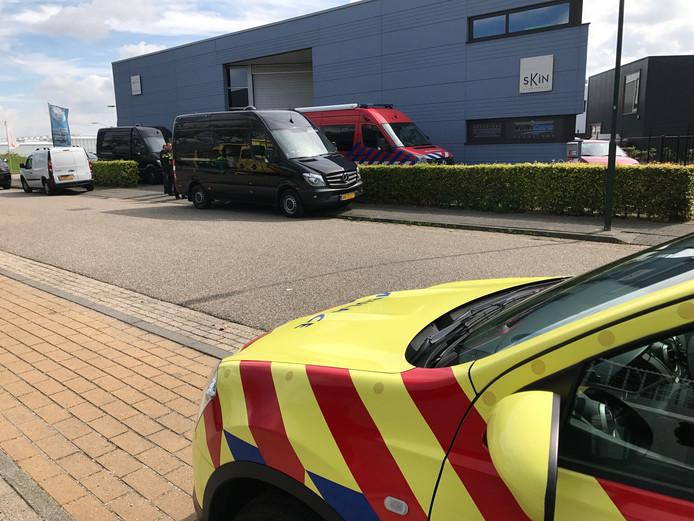De politie in Boxtel viel vorig jaar binnen bij dit bedrijf. Vanuit het pand werd drugs in postpakketten gedaan. De verdachten moeten nog voorkomen.