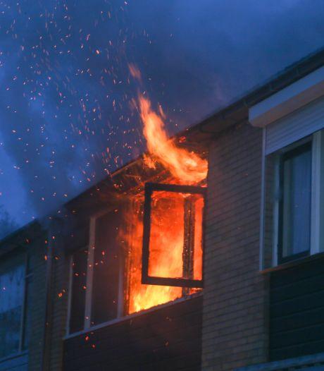 Bovenverdieping van een woning in Dordrecht in lichterlaaie, bewoner naar het ziekenhuis