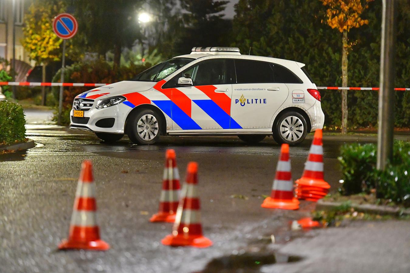 De politie heeft sporen van de beschieting in de Jeneverbeslaan in Valkenswaard gemarkeerd.