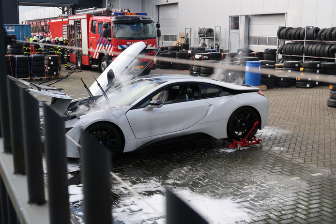 Auto in brand gevlogen op Huifakker in Breda.