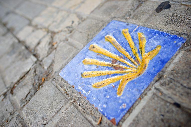 Steen met een Sint Jacobsschelp in Jaca, Spanje. Beeld colourbox