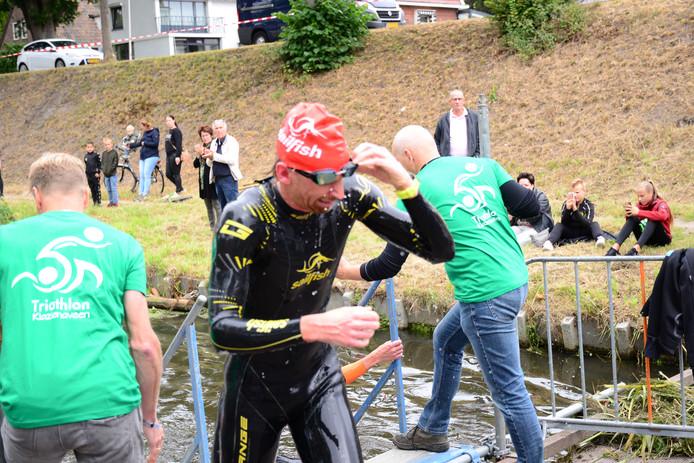 Evert Scheltinga uit Arnhem komt als tweede het water uit op de NK halve triatlon in Klazienaveen.