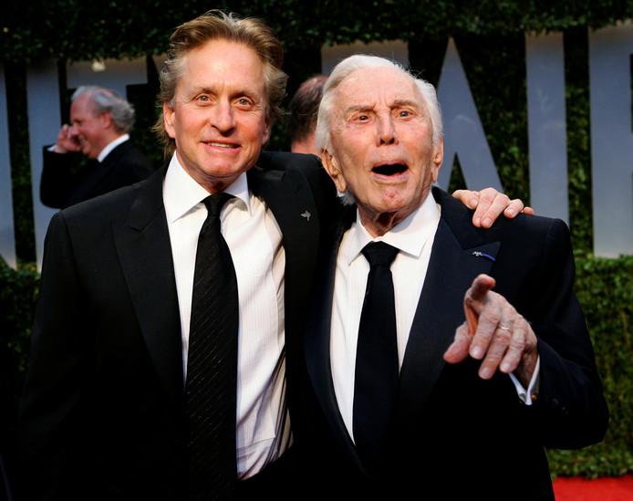 Michael Douglas et son père Kirk Douglas à la soirée des Oscars en 2009.