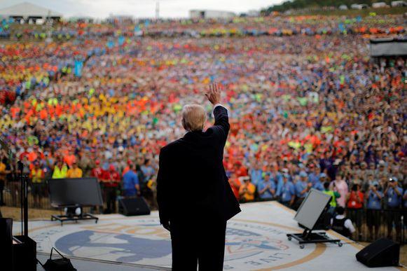 President Trump zwaait op 24 juli naar de menigte op de National Scout Jamboree.