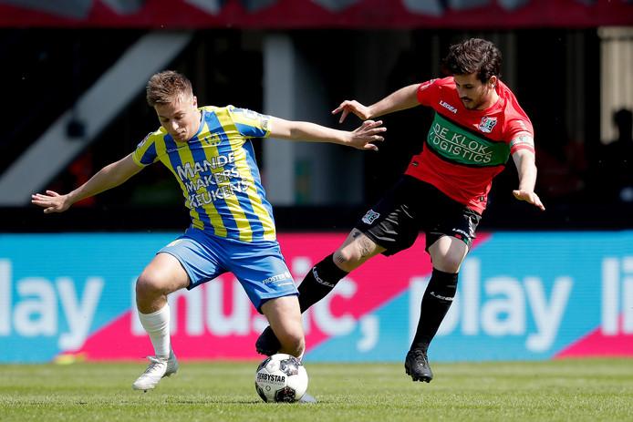 NEC-aanvoerder Jordy Bruijn (rechts) in duel met RKC-middenvelder Daan Rienstra.