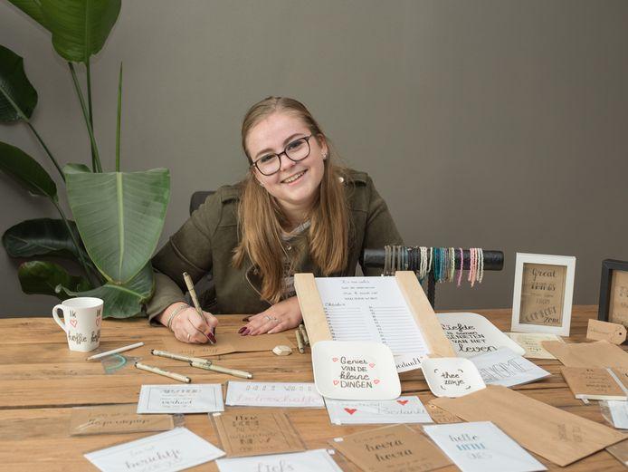 Judith van Donk maakt van alles en nog wat, maar vooral haar handletterkaarten zijn populair.