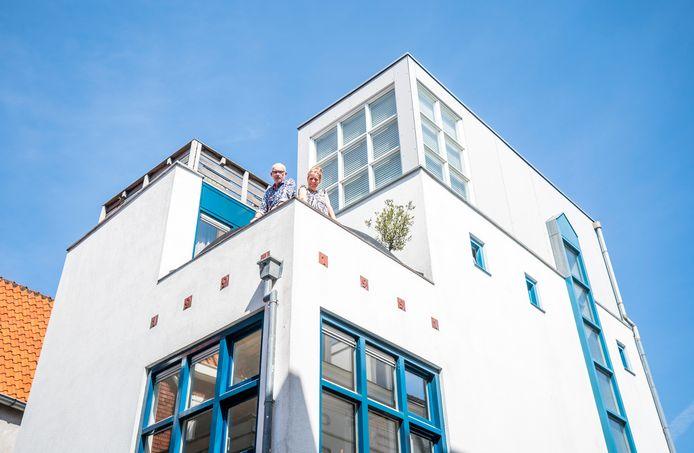 Rob Acket en Esther van Doorne op het balkon van hun huis in de Amersfoortse binnenstad.