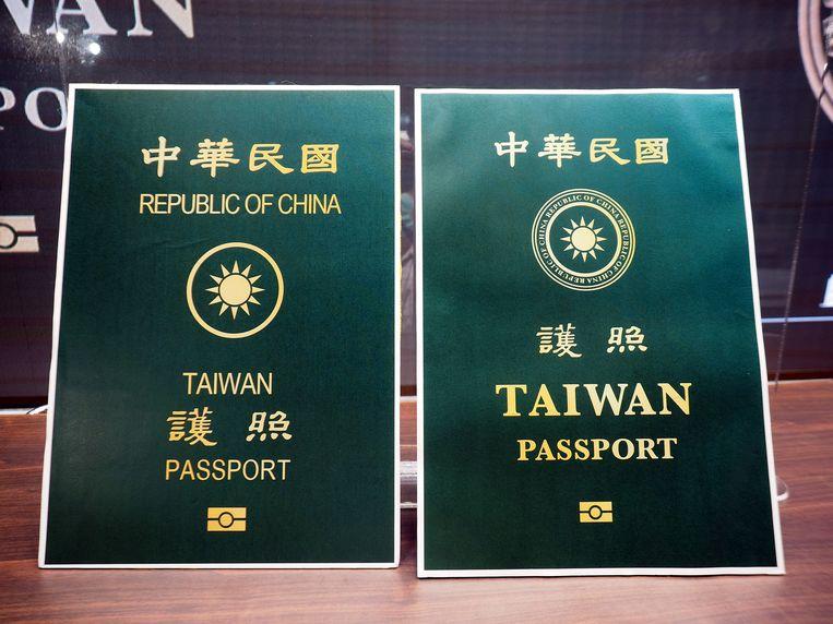 Het bestaande paspoort (links) en het nieuwe (rechts), woensdag tijdens een presentatie in Taipei. Beeld EPA