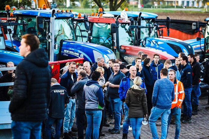 Boeren uit de regio verzamelen in de buurt van Heinenoord, voordat de weg naar Den Haag wordt voortgezet.