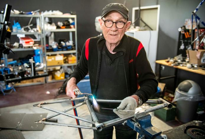 Jan Kole is bezig met het solderen van een fietsframe in zijn werkplaats.