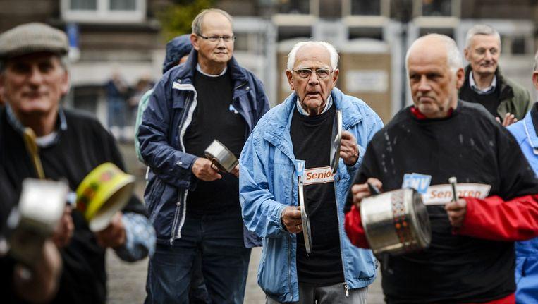 Oudere werklozen demonstreren woensdag 16 september in Den Haag. Beeld anp