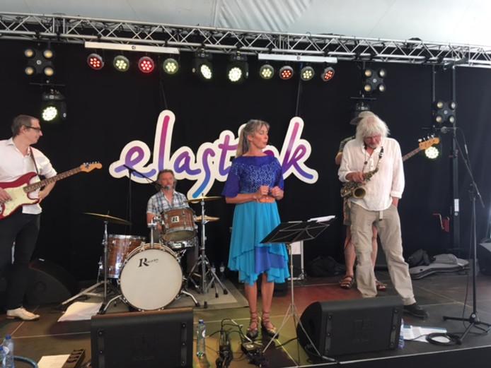 Hetty van Beek en de band olv Henk Koekkoek.