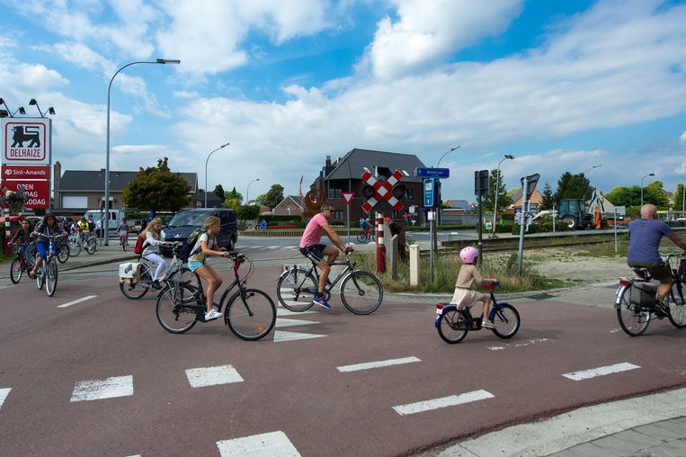 """""""De rotonde aan de Delhaize ligt naast een spoorlijn, die kunnen we niet zomaar verleggen"""", zegt burgemeester Van Hoeymissen."""