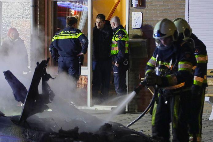Jeffrey Heesen kijkt toe hoe de brandweer zijn BMW blust.