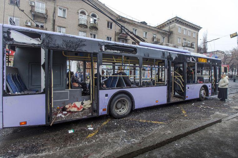 Gisteren werd in de stad Donetsk een trolleybus geraakt door scherven van een projectiel dat dichtbij ontplofte. Zeker dertien burgers vonden de dood. Onduidelijk is wie de granaat afvuurde, beide partijen geven elkaar de schuld. Beeld ap
