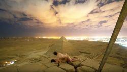 Egypte furieus: Deens koppel heeft seks bovenop piramide en maakt er video van