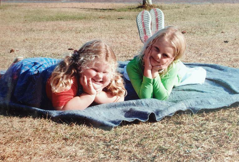 Alexandra worstelt sinds haar geboorte al met ernstig overgewicht, vanwege een fout in haar dna. Op de foto: Alexandra (links) rond haar 4de jaar, samen met haar twee jaar oudere zus Maxime.  Beeld Privébeeld