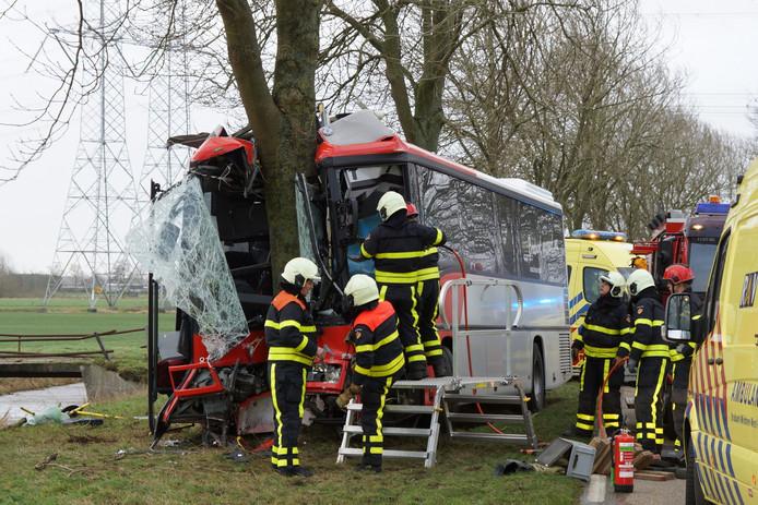 De bus met schoolkinderen raakte de boom frontaal.