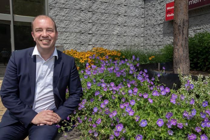 Eindhoven - Directeur Lex van Eijndhoven van zorg- en welzijnsorganisatie WIJeindhoven bij de Grijze Generaal in Woensel. In dit gebouw is sinds kort het hoofdkantoor van WIJeindhoven ondergebracht.