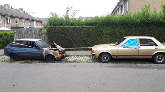 De uitgebrande Ford Fiësta en de deels uitgebrande 41 jaar oude Ford Granada in de Nijmeegse Topaasstraat.