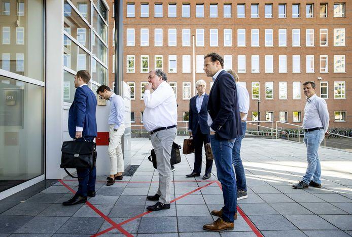 De Graafschap-directeur Hans Martijn Ostendorp (derde van links) hoopt vandaag goed nieuws op te halen in de rechtbank van Utrecht.