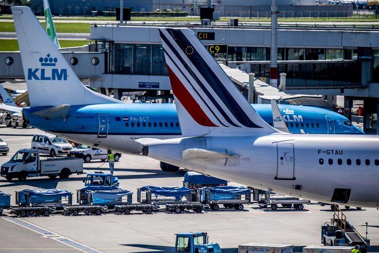 Een vliegtuig van KLM op Schiphol. FNV Luchtvaart weigert in te stemmen met het reorganisatieplan voor het grondpersoneel. Beeld EPA