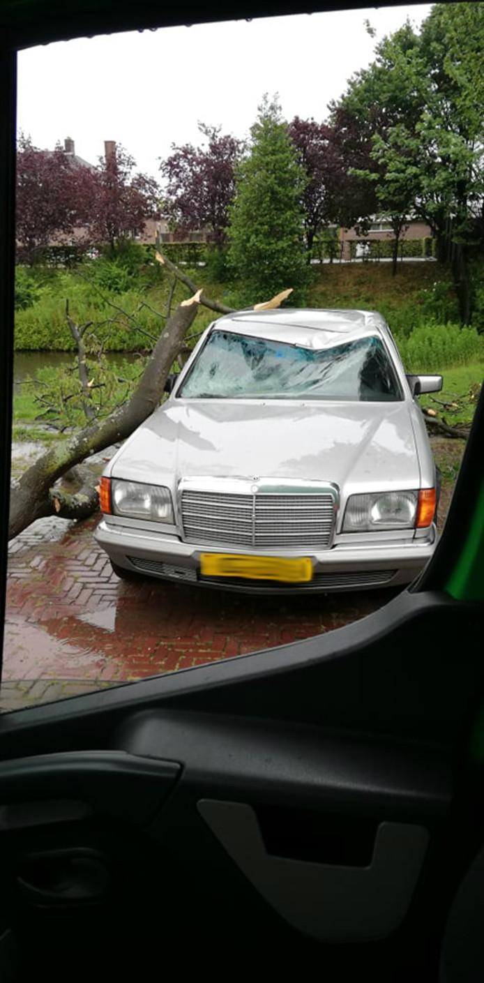 Een auto die stond geparkeerd aan de Vestaweg op de Binckhorst in Den Haag is getroffen door het noodweer.