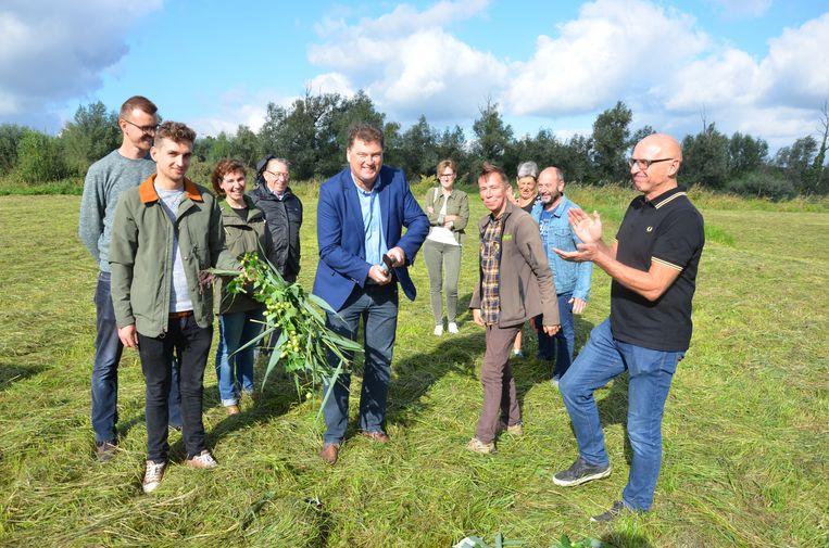 Burgemeester Filip Anthuenis en conservator Christophe Hillaert knippen samen het 'groene lint' om het perceel officieel te openen voor plant en dier.