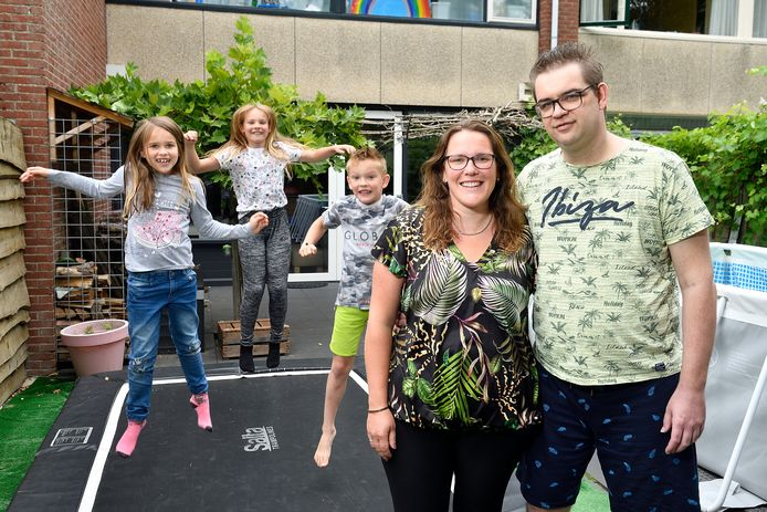 Alexander met zijn vrouw Daniëlle en op de trampoline de kinderen Lynn, Sven en Isa.
