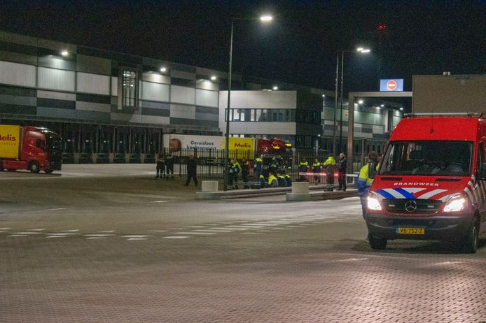 De Oosterhoutse brandweer onderzoekt waarom het brandalarm geactiveerd is bij het Lidl distributiecentrum.