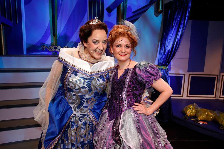 Wanda Joosten (links, Koningin Louise) poseert naast Nicoline Hummel, die de Goede Fee speelt.