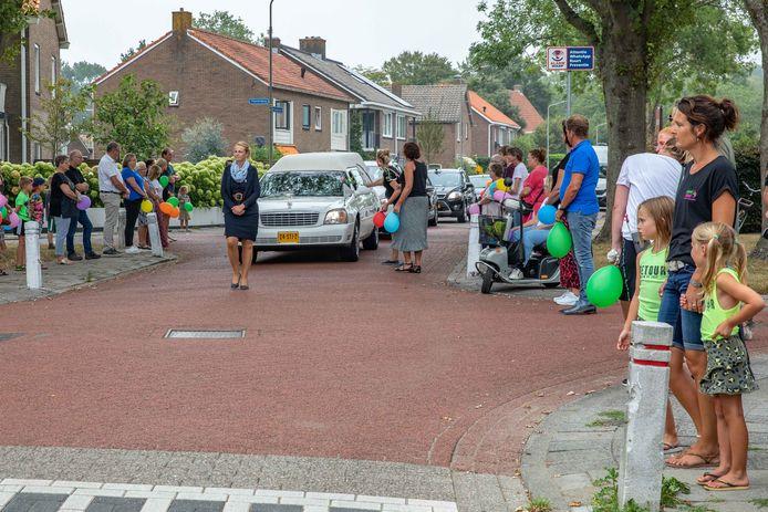 Met een applaus bewijzen inwoners van Kloetinge hun laatste eer aan de maandag overleden Petra Menheere-Quinten.