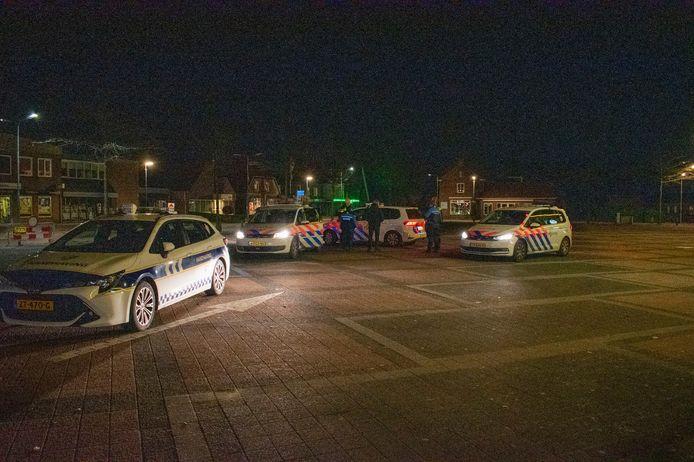 Meerdere voertuigen van de politie kwamen op het incident in Zetten af. Op het Julianaplein dreigden twee groepen mensen met elkaar op de vuist te gaan.