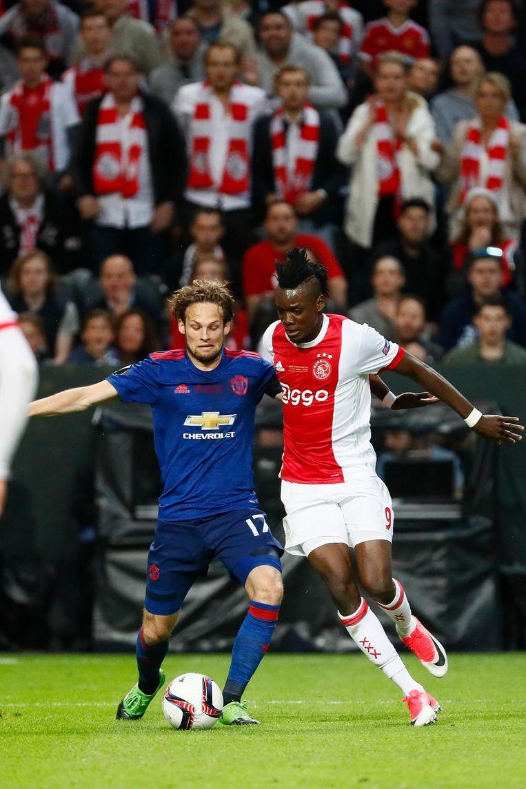 Daley Blind van Manchester United in duel met Bertrand Traore van Ajax tijdens de finale Europa League. Beeld anp