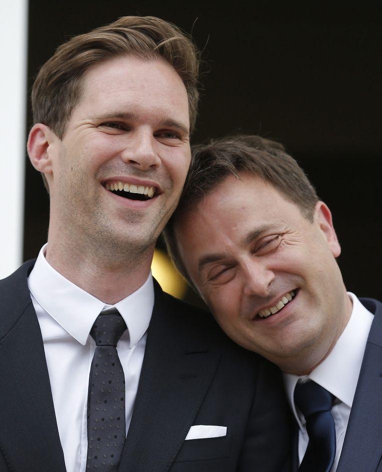 Xavier Bettel (R) met zijn partner Gauthier Destenay (L). Beeld epa
